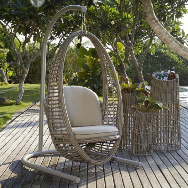 Уличное кресло - любимое место в саду