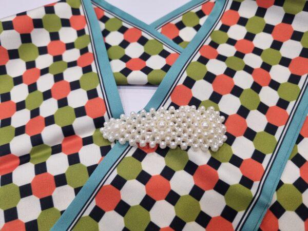 Заколка из искусственного жемчуга треугольной формы